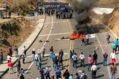 667921_maestros-cnte-se-enfrentan-policias-chiapas-400x266