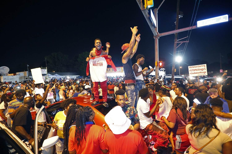 160707-baton-rouge-protest-805a_19e3bdc3f34f164e0f57df808a9fe442.nbcnews-ux-2880-1000